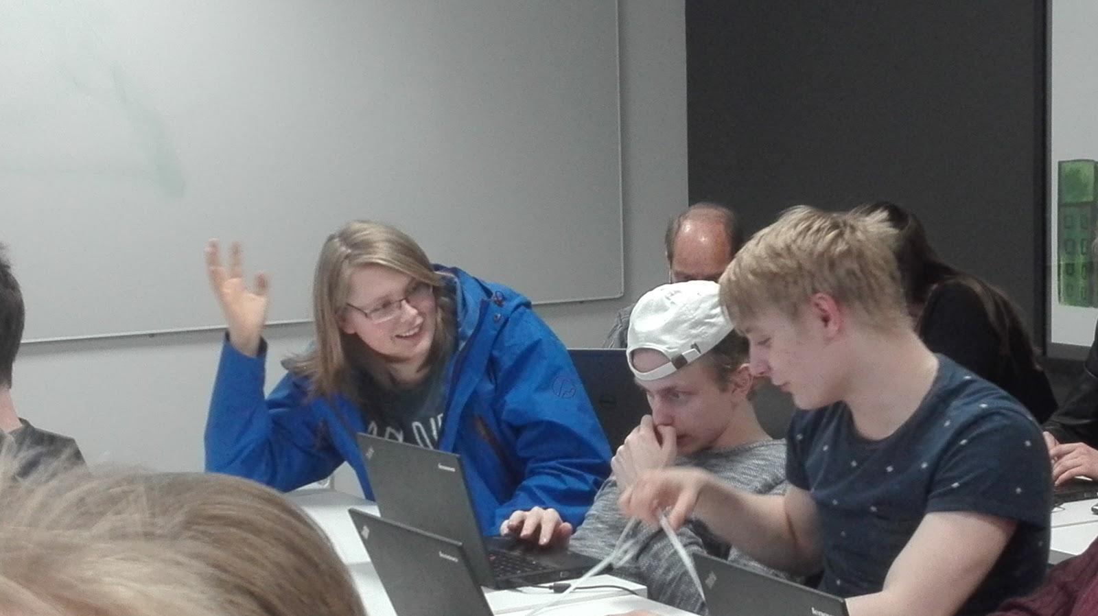 alumnos con gorras